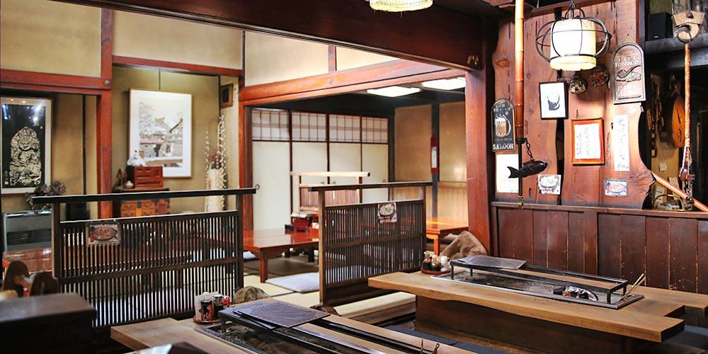 Kyouya Restaurant : Gather around the fireplace and enjoy the local